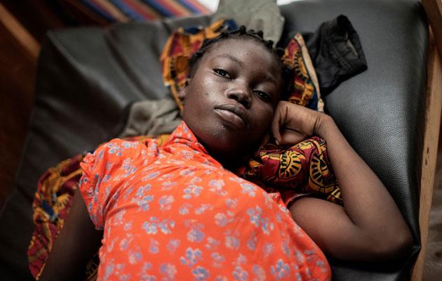 Den højgravide 16-årige venter på hjælp til at føde på vores klinik i Den Centralafrikanske Republik. Her er levevilkårene umenneskelige, men vi tilbyder lægehjælp.