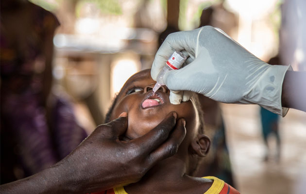 Der er stor mangel på lægehjælp i Den Centralafrikanske Republik, og sygdomme florerer. Her vaccinerer vi et barn.