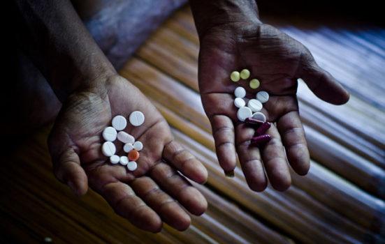 En indisk patient med multiresistent tuberkulose viser her sin daglige dosis medicin.