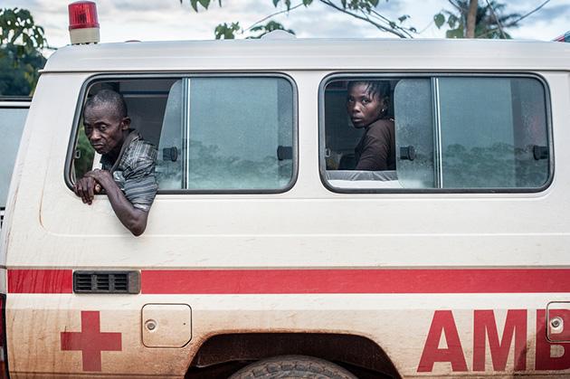 Foto: To patienter i en Røde Kors ambulance venter på at blive indskrevet på vores ebolabehandlingscenter i Kailahun, Sierra Leone. Foto:  © Sylvain Cherkaoui