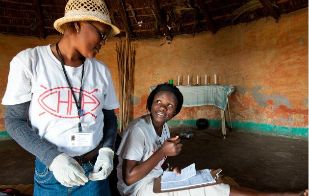 Sundhedsmedarbejdere går fra dør til dør for at teste folk for hiv.