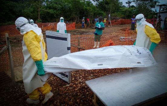 Endnu en patient i Sierra Leone er død efter at have været smittet med ebola. Vores ansatte bærer liget ud af behandlingscentret i Kailahun.