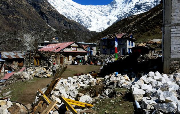 Vi når frem til de hårdt ramte bjergområder med mobilklinikker.