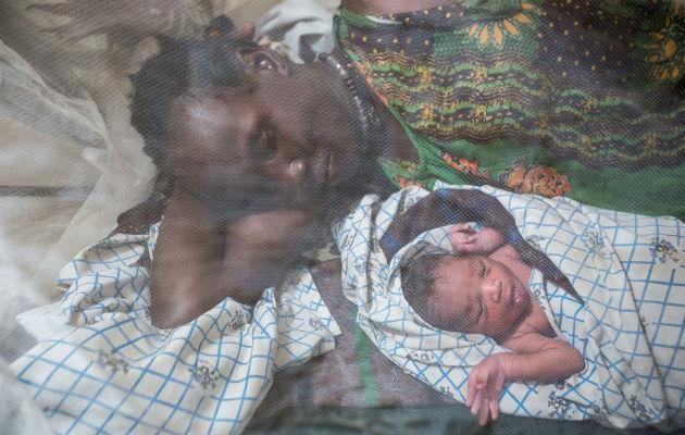Vi hjalp Rebeccas lille søn til verden i marts. Nu er de på flugt.