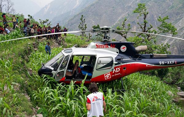 En af vores helikoptere er landet på en bjergside. © Brian Sokol