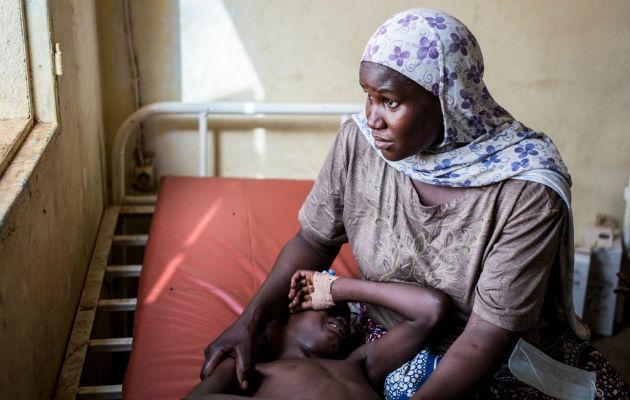 En mor passer sit barn, der er indlagt med meningitis.