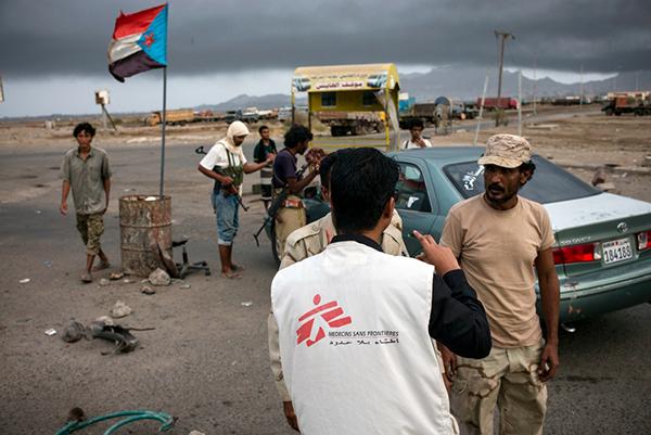 Foto: Vores læger taler med bevæbnede mænd ved et checkpoint i Aden © Guillaume Binet