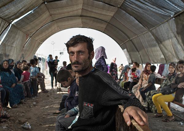 Patienter venter på at komme til på vores klinik i Domiz flygtningelejr, som ligger inde i Irak tæt på den syriske grænse.  ©Yuri Kozyrev/Noor