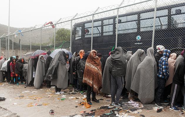 Lejren i Moria er nu ændret fra at være en åben lejr, som folk frit kunne gå og komme i, til en lukket lejr, der bevogtes af græsk politi. © Alessandro Penso / Læger uden Grænser