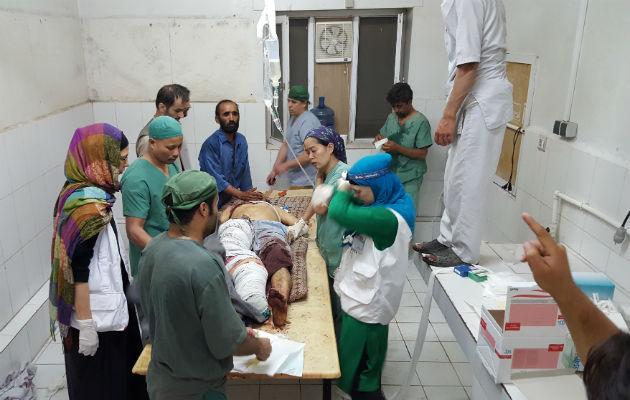 Evangeline Cua på den interimistiske operationsstue efter angrebet på hospitalet i Kunduz