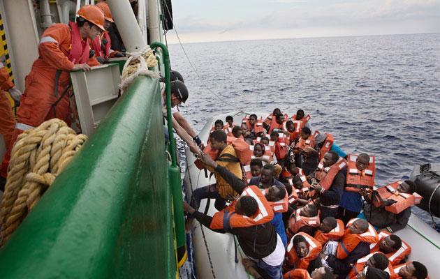 Tusindvis af flygtninge og migranter forsøger hver måned at nå i sikkerhed i Europa ved at krydse Middelhavet.
