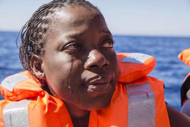 En kvinde fra Elfenbenskysten græder efter at være blevet reddet af Læger uden Grænser
