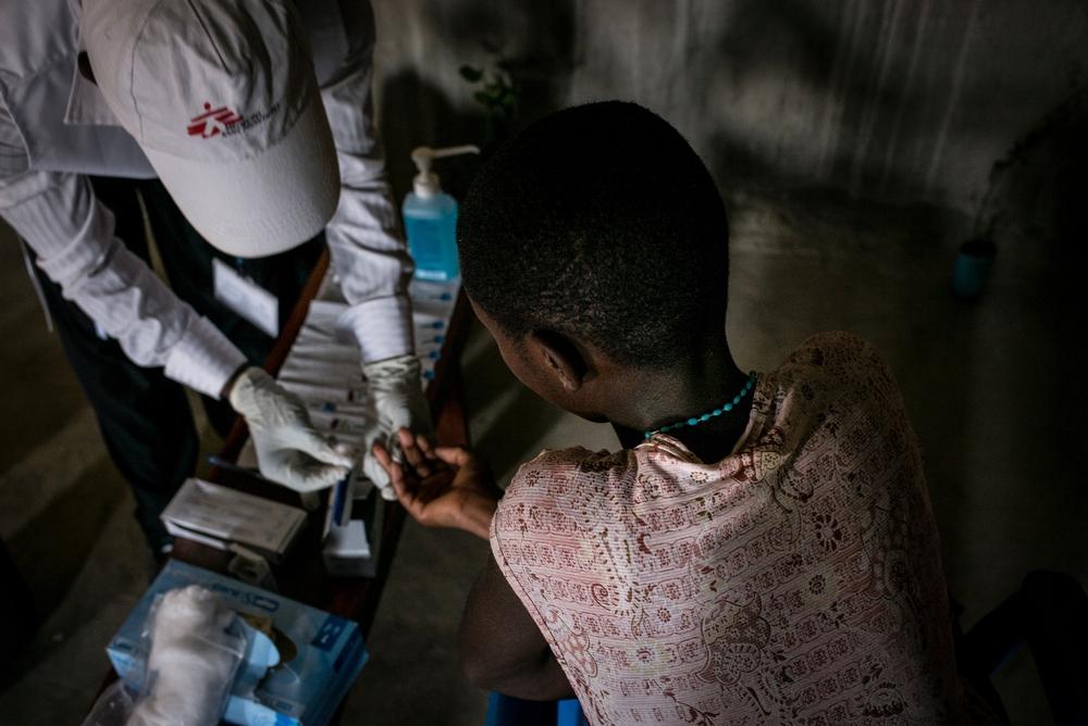 Læger uden Grænser behandler blandt andet patienter, der er smittet med hiv og malaria i Uganda.