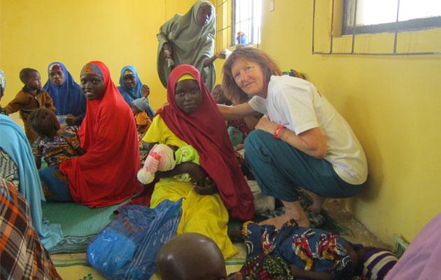 Anni møder Hindatu og Umma på den ambulante ernæringsklinik. Umma ligger og sover ved Annis fødder.