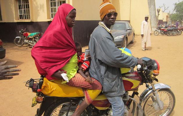 Hindatu på vej hjem med sin underernærede datter Umma på skødet og sin nyfødte datter på ryggen.