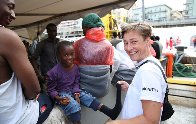 Der er også plads til smil midt i tragedierne på havet. Her leger Kamma med en fireårig dreng fra Nigeria.