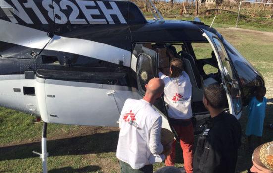 Vores medarbejdere læsser en helikopter, inden den flyver til et hospital i bjergene tæt ved - et område, der er umuligt at nå via landjorden.