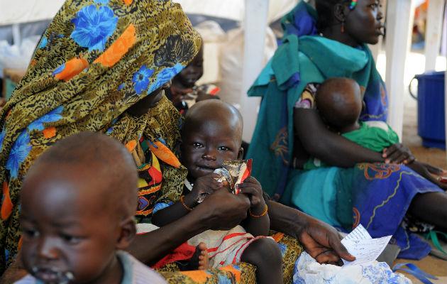 """Her har et underernæret barn i Doro fået en portion """"Plumpy Nut"""" på en af vores klinikker. """"PlumpyNut"""" er næringsberiget jordnøddepasta, det er et vitalt middel til at få bugt med underernæring. © Florian Lems/Læger uden Grænser"""