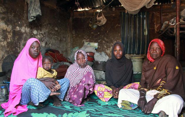Her sidder familien Abbas i udhuset. Yderst til højre sidder Hauwa Abba, hendes familie fik også del i madudbringningen.