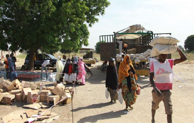 Her bringer vi mad ud til 500 familier i Maiduguri. Hver familie modtager 25 kilo hirse, fem kilo bønner og fem liter palmeolie