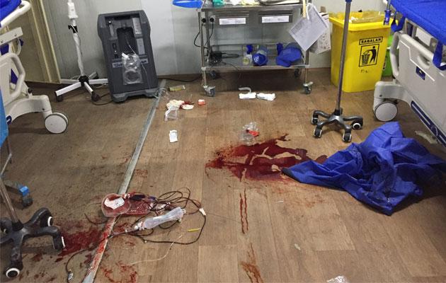 Et blodigt gulv på operationsstuen i Qayyarah.