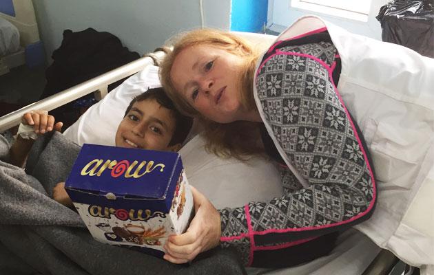 Et svært forbrændt dreng har givet Kathrine en æske chokolade som tak for at hun reddede hans liv.