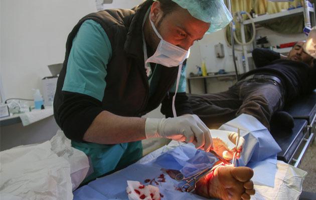 En kirurg foretager en operation på et af vores hospitaler i det nordlige Syrien.