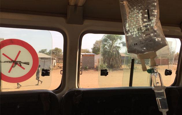 Ambulancen er klar til at køre Lucy til naboklinikken for at få hjælp.