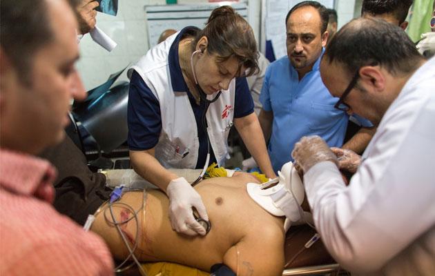 En af vores sygeplejersker tilser en patient på en skadestue. Tusindvis af civile er blevet såret under konflikten i Irak.