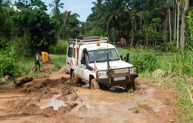 Det kan være en stor udfordring at komme frem på vejene i DR Congo - selv med en firehjulstrækker.