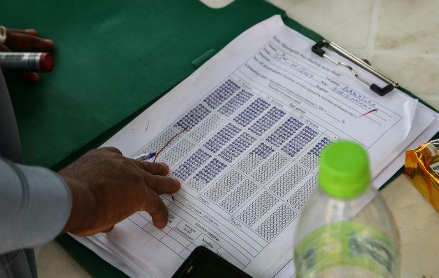 I staten Yobe i det nordlige Nigeria registrerer vores medarbejder alderen på de mennesker, der er blevet vaccineret mod meningitis C. © Igor Barbero/Læger uden Grænser