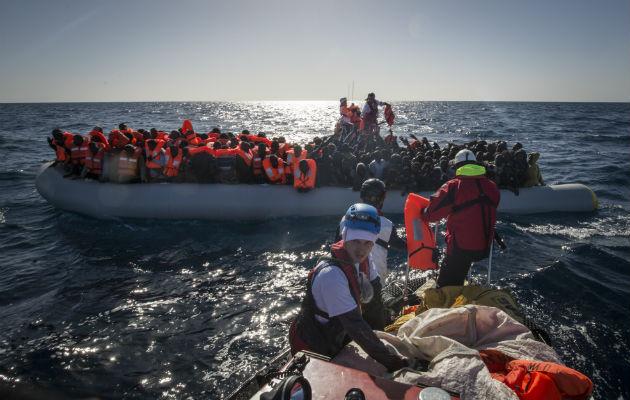 Inden redningsaktionen kan fortsætte, udleveres der redningsveste til de 193 mennesker, der var stuvet sammen på gummibåden. © Anthony Jean/SOS MEDITERRANEE