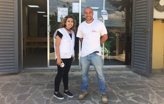 Vores logistiker Kasper står her sammen med en kollega foran den klinik, han har stået for at bygge i Libanon