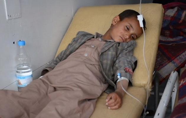 Den lille dreng har været så afkræftet af kolera, at det har været nødvendigt at give ham et væskedrop. Man kan miste op til 20 liter væske på en dag, når man har kolera.