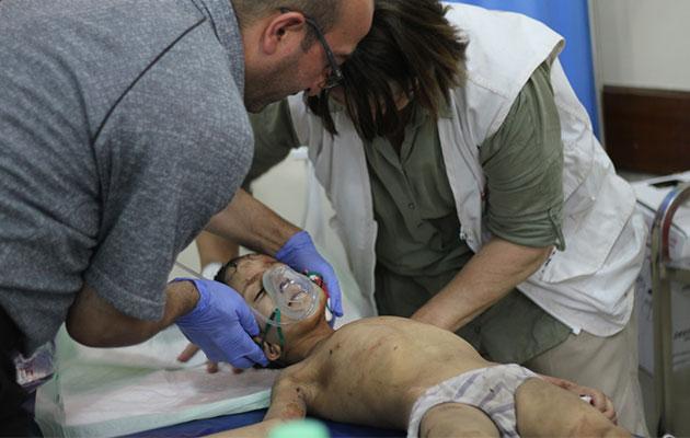 Den lille dreng bløder kraftigt fra øret på grund af en eksplosionsskade. Han er lige kommet til vores hospital ved fronten og får straks behandling.