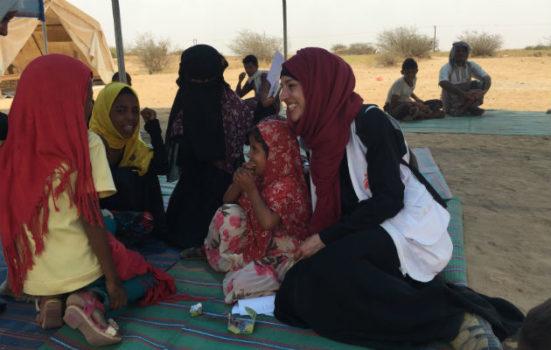 Her sidder Ruth med et barn på skødet i Yemen. Hun var udsendt for Læger uden Grænser i Yemen for at bekæmpe kolera