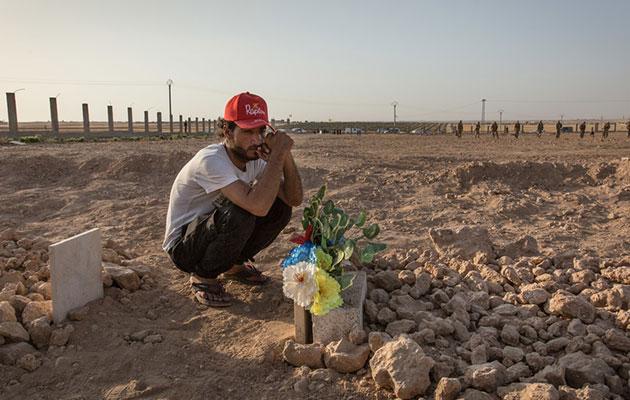 En mand sørger over sin ven, som har mistet livet i Syriens krig.
