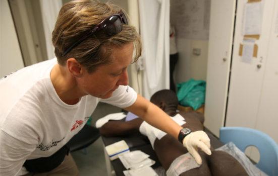 Kamma behandler et offer for tortur i Libyen