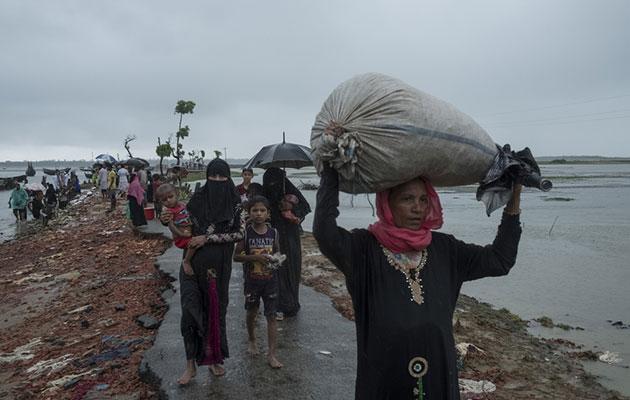 Hver dag kommer nye flygtninge ind over grænsen til Bangladesh.