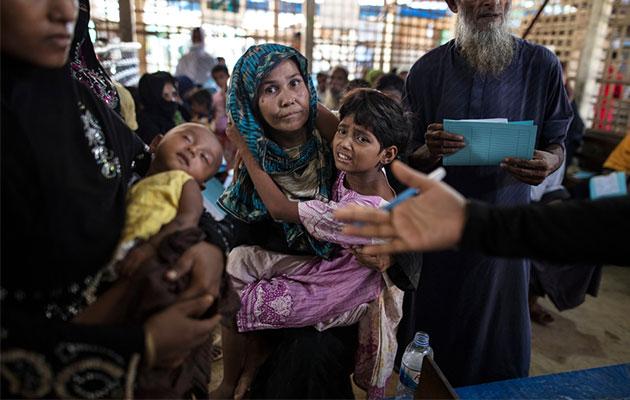 Patienter står i kø på vores klinik i Bangladesh.