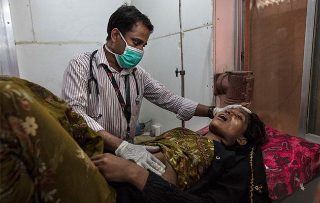 En kvinde modtager behandling af en medarbejder fra Læger uden Grænser