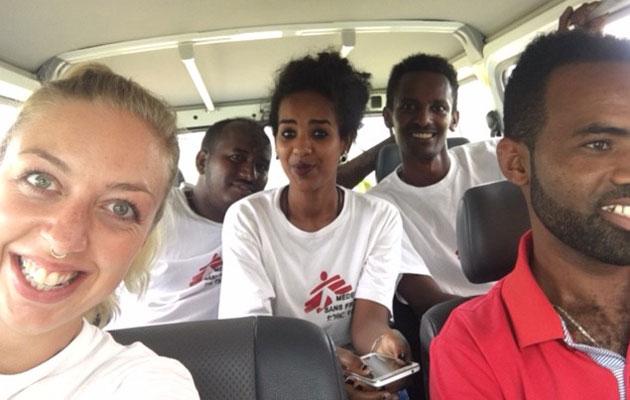Gitte og kollegerne er klar til fodboldkamp i flygtningelejren i Etiopien.