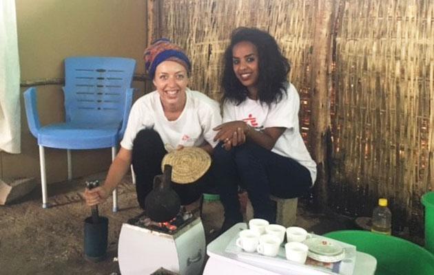 Gitte brygger kaffe sammen med en kollega fra Læger uden Grænser i Etiopien.
