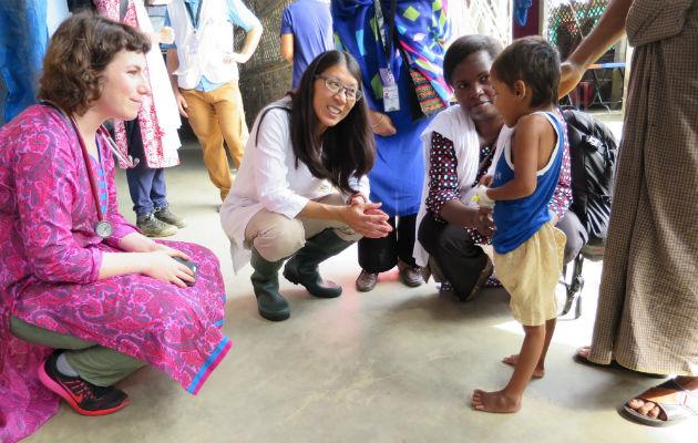 Joanne Liu på besøg på vores hospital I Kutupalong. Den lille pige var for tre uger siden døden nær af en infektionssygdom, som i de fleste af verdens lande ikke er dødelig. Men i det nordvestlige Myanmar er befolkningen kun sjældent vaccineret mod stivkrampe. © Amelia Freelander/Læger uden Grænser