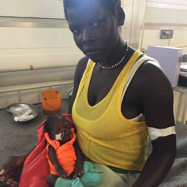 Kain sidder her med sin mor på barselsgangen i Sydsudan