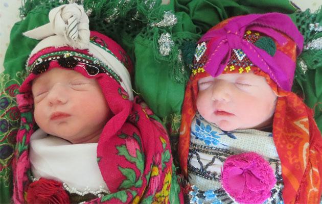 Et par nyfødte tvilling sover trygt efter en sikker fødsel på vores hospital Ahmad Shah Baba i Kabul.