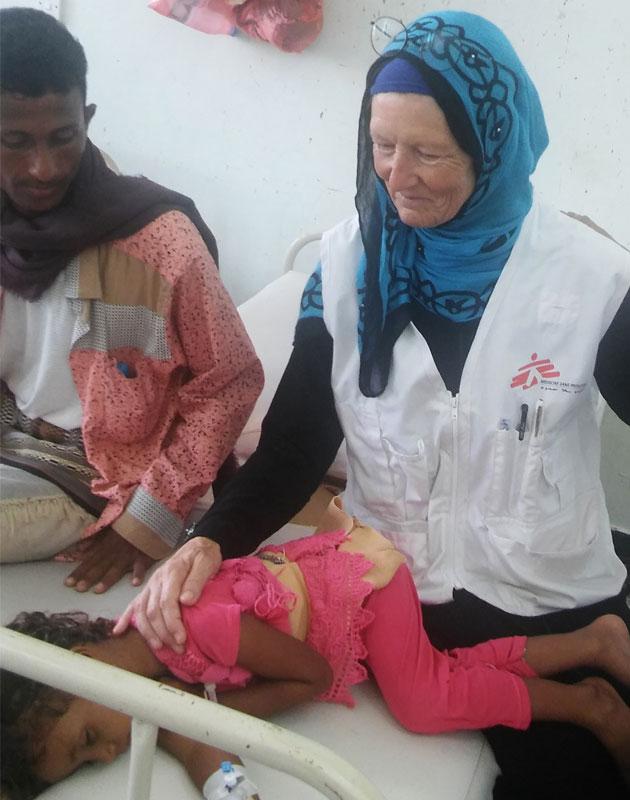 Anni behandler Fatuma på hospitalet i Yemen