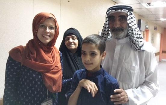 Astrid sammen med drengen og bedsteforældrene på hospitalet i Mosul, Irak