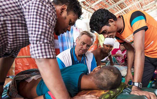 Læger uden Grænsers læge Ian tilser en syg patient i Bangladesh.