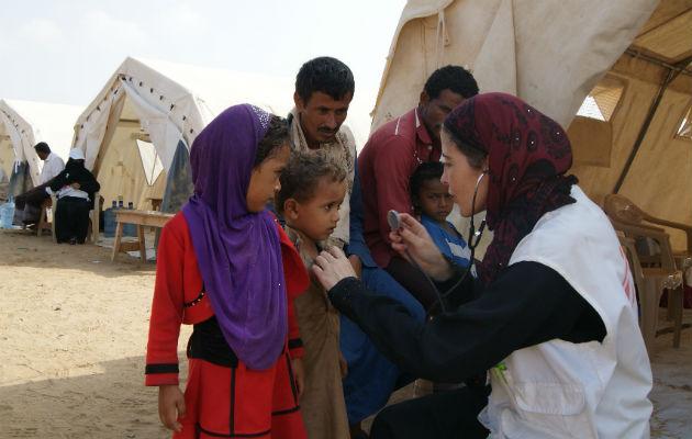 Her er vores sygeplejerske María José 'Quesé' Blanco i færd med at tilse nogle patienter på en af vores mobile klinikker i Abs. Det er fordrevne yemenitter, der får gavn af hjælpen. © Gonzalo Martinez/Læger uden Grænser